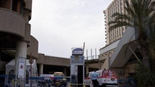 صورة توضيحية: سيارة إسعاف تابعة لنجمة داوود الحمراء فيي فندق 'دان بانوراما'، الذي تم تحويله إلى منشأة حجر صحي، 26 مارس، 2020. (Gili Yaari /Flash90)