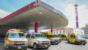 سيارات إسعاف تقف خارج مستشفى رمبام في حيفا، 30 مارس، 2020.  (Yossi Aloni/Flash90)