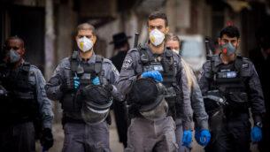 الشرطة تغلق دور عبادة يهودية وتقوم بتفريق التجمعات العامة في حي 'مئة شعاريم' بالقدس، 31 مارس، 2020. (Yonatan Sindel/Flash90)
