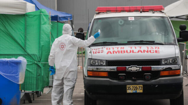 سيارة إسعاف تابعة لنجمة داوود الحمراء في محطة لإجراء فحوصات للكشف عن فيروس كورونا في مدينة بني براك، 1 أبريل، 2020. (Yossi Zamir/Flash90)