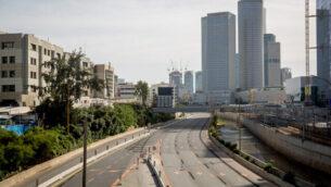 توضيحية: طريق أيالون السريع في تل أبيب، 4 أبريل، 2020.   (Miriam Alster/Flash90)