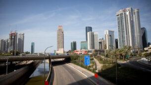 الطريق السريع 'أيالون' المهجور في تل أبيب، 4 أبريل، 2020.(Miriam Alster/Flash90)