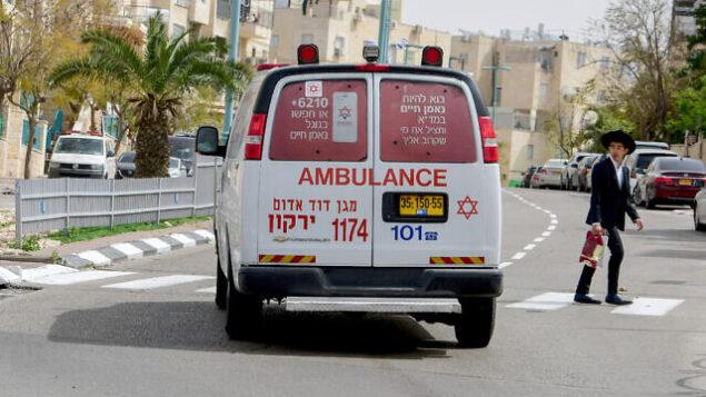 سيارة إسعاف تسير شوارع مدينة إلعاد بوسط إسرائيل، 5 أبريل، 2020.  (Avshalom Sassoni/Flash90)