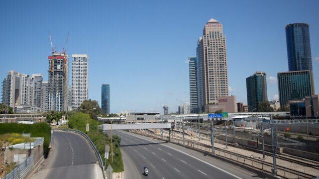 طرق أيالون السريع الخالي من المركبات في تل أبيب، 8 أبريل، 2020.  (Miriam Alster/Flash90)