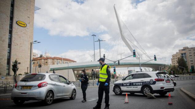 الشرطة في نقطة تفتيش مؤقتة عند مدخل القدس في 8 أبريل 2020، للتحقق من التزام الإسرائيليون بالقيود المتعلقة بفيروس كورونا. (Yonatan Sindel/Flash90)