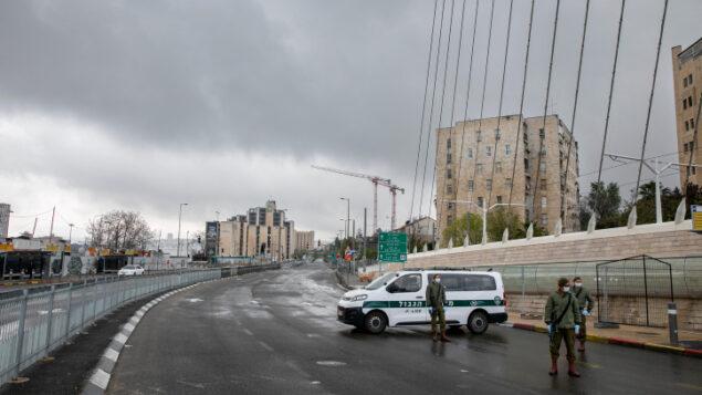 """ضباط الشرطة الإسرائيلية عند """"نقطة تفتيش"""" مؤقتة في القدس  11 أبريل 2020. (Olivier Fitoussi / Flash90)"""