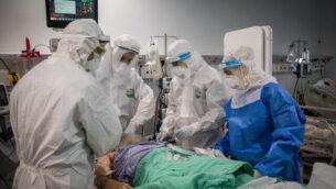 توضيحية: فريق طبي في 'معياني هيوشوعا' يقدم العلاج لمريض كورونا في بني براك، 13 أبريل، 2020. (Nati Shohat/Flash90)