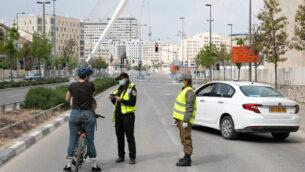 الشرطة تقف عند حاجز مؤقت في القدس، 15 أبريل، 2020. (Olivier Fitoussi/Flash90)