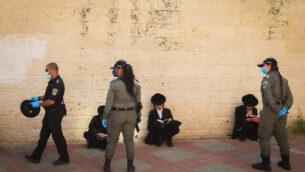 عناصر الشرطة تعلق معابد يهودية وتحرر مخالفات في مدينة بيت شيمش ليهود حريديم انتهكوا الأنظمة المفروضة لمحاربة فيروس كورونا، 16 أبريل، 2020. (Yaakov Lederman/Flash90)