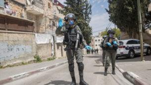ضباط شرطة الحدود الإسرائيلية يفرضون حظر التجول في حي ميا شعاريم اليهودي المتشدد في القدس، 16 أبريل 2020. (Yonatan Sindel / Flash90)