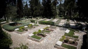 المقبرة العسكرية في جبل هرتسل بالقدس، 20 أبريل، 2020. (Yonatan Sindel/Flash90)