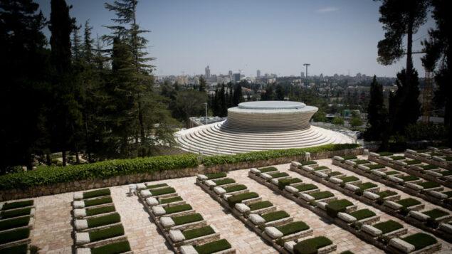 مقبرة جبل هرتسل العسكرية وقاعة النصب التذكاري الوطني في جبل هرتسل في القدس، 20 أبريل 2020. (Yonatan Sindel / Flash90)