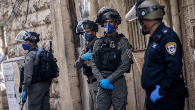 ضباط الشرطة خلال مداهمة في حي مئة شعاريم اليهودي المتشدد في القدس، 22 أبريل 2020. (Yonatan Sindel / Flash90)