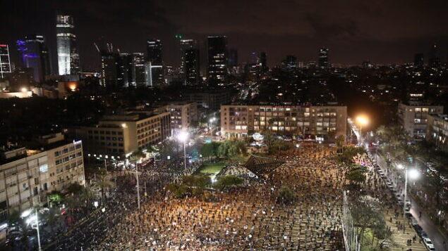 إسرائيليون يحتجون ضد رئيس الوزراء بنيامين نتنياهو في تل أبيب، 25 أبريل 2020. (Miriam Alster / Flash90)
