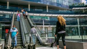 إسرائيليون يمشون في مركز تسوق في مدينة نتانيا، 26 أبريل 2020 (Yossi Aloni / Flash90)