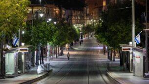 منظر لطريق يافا الفارغ في القدس، بينما تحتفل إسرائيل بيوم استقلالها الثاني والسبعين تحت الإغلاق، 28 أبريل 2020. (Yonatan Sindel / Flash90)
