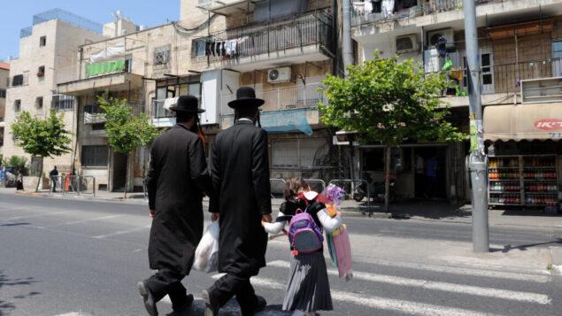 صورة توضيحية: رجال يهود متشددون يمشون في حي شموئيل هانافي في القدس، 6 يونيو 2011. (Gili Yaari / Flash 90)