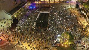 صورة التقطتها طائرة مسيرة لتظاهرة حركة 'العلم الأسود' في تل أبيب والتي شارك فيها حوالي ألفي شخص، 16 أبريل، 2020. (Courtesy of Black Flag protest)