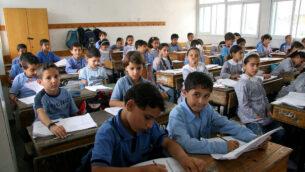 تلاميذ فلسطينيون يدرسون في مدرسة تابعة للأونروا في مدينة غزة. (IRIN/Creative Commons via JTA)