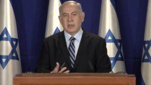 رئيس الوزراء بنيامين نتنياهو يدلي ببيان متلفز من مقر إقامته الرسمي في القدس حول القيود المتعلقة بفيروس كورونا التي سيتم تنفيذها خلال عيد الفصح، 6 أبريل 2020. (Screen capture: YouTube)