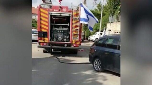 سيارة إطفاء في موقع حريق اندلع في أحد المنازل في بلدة متان بوسط البلاد وأسفر عن مقتل مسن يبلغ من العمر 86 عاما، في 29  أبريل، 2020.  (Screen capture: Ynet)