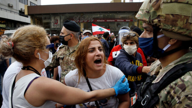 متظاهرون مناهضون للحكومة يتشاجرون مع جنود الجيش اللبناني في بلدة ذوق مصبح، شمال بيروت، لبنان، 27 أبريل 2020. (AP / Bilal Hussein)