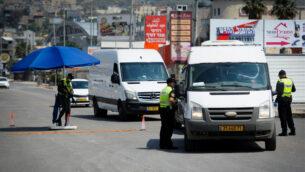 الشرطة في نقطة تفتيش مؤقتة في بلدة دير الأسد شمال إسرائيل، 15 أبريل 2020. (Basel Awidat / Flash90)