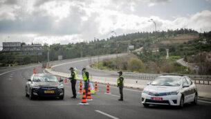 صورة توضيحية: للشرطة تغلق أحد الطرق خارج مدينة القدس بشكل مؤقت، 8 أبريل، 2020. (Yonatan Sindel/Flash90)