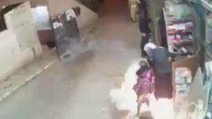 قنبلة صوتية ألقتها الشرطة وأصابت طفلة (9 سنوات) خلال مواجهات عنيفة في حي مئة شعاريم الحريدي، 16 أبريل، 2020. (Screenshot: Twitter)