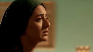 شخصية يهودية تقرأ مونولج باللغة العبرية في المسلسل الكويتي 'أم هارون' الذي يتناول حياة اليهود الكويتيين، في حلقة بُثت في 24 أبريل، 2020، على شبكة MBC.  (لقطة شاشة: Twitter)