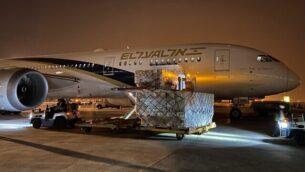 في هذه الصورة التي أرسلتها وزارة الدفاع في 5 أبريل، 2020، طائرة تابعة لشركة إل عال في الصين محملة بمعدات طبية لجلبها لإسرائيل.(El Al)