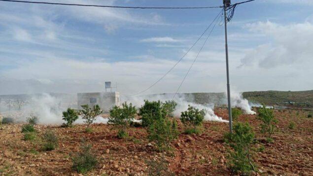 غاز مسيل للدموع اطلق أثناء اشتباك بين مستوطنين وفلسطينيين بالقرب من بلدة قصرة في الضفة الغربية، 6 أبريل 2020. (Courtesy: Municipality of Qusra)