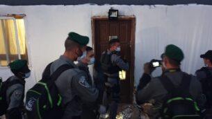 ضباط شرطة الحدود يصلون لهدم منزل في بؤرة كومي أوري الاستيطانية، 22 أبريل 2020. (Courtesy)