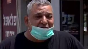 يوفال كارمي، صاحب محل فلافل في أشدود الذي تضرر عمله بشكل كبير جراء تفشي وباء كورونا، 19 أبريل، 2020. (screen capture: Channel 13)