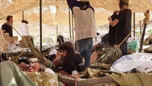 شبان التلال في الحجر الصحي معا داخل خيمة وفرها الجيش الإسرائيلي، 7 أبريل 2020 (Courtesy)