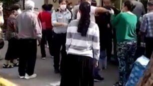 استدعاء الشرطة إلى متاجر في ريشون لتسيون للسيطرة على الحشود التي تحاول شراء البيض، 5 أبريل 2020 (Screen grab / Ynet)