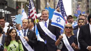 رئيس بلدية مدينة نيويورك بيل دي بلاسيو في مسيرة الاحتفال بإسرائيل عام 2017 في مدينة نيويورك، 4 يونيو 2017. (James Keivom / NY Daily News via Getty Images / via JTA)