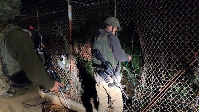 جنود يتحققون من الأضرار التي لحقت بالسياج الحدودي بين إسرائيل ولبنان، 17 أبريل، 2020. (Israel Defense Forces)