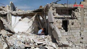 منزل أصيب بشظايا خلال غارة إسرائيلية مزعومة خارج دمشق، 27 أبريل 2020. (Syrian state media SANA)