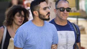 شمعون حيوت، الذي يسمى بـ'محتال تيندر'، خلال طرده من مدينة أثينا، اليونان، 1 يوليو 2019 (Tore KRISTIANSEN/various sources/AFP)