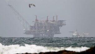 منصة حقل الغاز الطبيعي 'ليفياتان' في البحر الأبيض المتوسط في صورة تم التقاطها من شاطئ 'دور' في شمال البلاد، 31 ديسمبر، 2019. (Jack Guez/AFP)