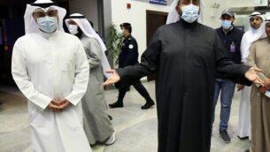 وزير الصحة الكويتي الشيخ باسل الصباح (يمين) يتحدث مع وسائل الإعلام في مطار الشيخ سعد في مدينة الكويت، 22 فبراير، 2020، خلال انتظار كويتيين عائدين من إيران نقلهم إلى المستشفى لإجراء فحوصات فيروس كورونا لهم.  (YASSER AL-ZAYYAT / AFP)