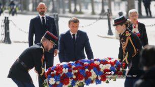 الرئيس الفرنسي إيمانويل ماكرون يضع إكليلا من الزهور خلال مراسم لإحياء ذكرى نهاية الحرب العالمية الاولى عند قوس النصر في باريس، 8 مايو، 2020. (Photo by CHARLES PLATIAU / POOL / AFP)