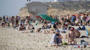اشخاص يزورون الشاطئ في نتانيا، 18 مايو 2020. (JACK GUEZ / AFP)