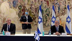 رئيس الوزراء بنيامين نتنياهو (يمين) ورئيس الوزراء البديل ووزير الدفاع، بيني غانتس (يسار)، يحضران جلسة المجلس الوزاري للحكومة الجديدة في قاعة 'شاغال' بالكنيست في القدس، 24 مايو، 2020. (ABIR SULTAN / POOL / AFP)