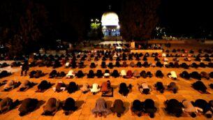مصلون مسلمون يصلون في الحرم القدسي في 31 مايو 2020، بعد أن تم إغلاق الموقع لأكثر من شهرين بسبب جائحة فيروس كورونا. (Ahmad GHARABLI / AFP)