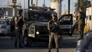صورة توضيحية: ضباط شرطة الحدود ينتشرون عند حاجز قلنديا شمال القدس بعد هجوم طعن مفترض، 18 سبتمبر 2019. (AP Photo / Majdi Mohammed)