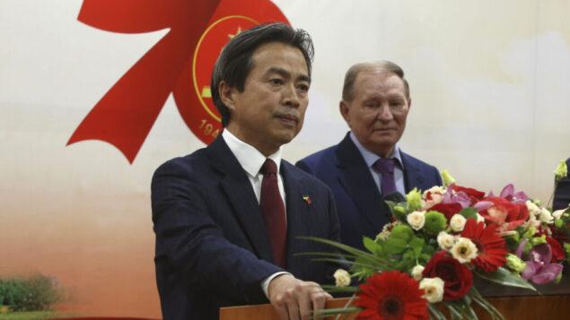 سفير الصين آنذاك لدى أوكرانيا دو وي، إلى اليسار، يتحدث في حفل استقبال للاحتفال بالذكرى السنوية السبعين القادمة لتأسيس جمهورية الصين الشعبية في كييف، أوكرانيا، 24 سبتمبر 2019 (Sergey Starostenko/Xinhua via AP)