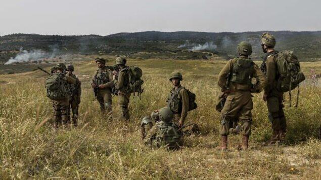 توضيحية: جنود إسرائيليون يشاركون في مناورة في شمال إسرائيل، 13 مايو، 2020. (Tsafrir Abayov/AP)