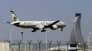 طائرة تابعة لشركة الاتحاد للطيران تستعد للهبوط في مطار أبو ظبي بالإمارات العربية المتحدة، 4 مايو 2014. (AP Photo / Kamran Jebreili، File)